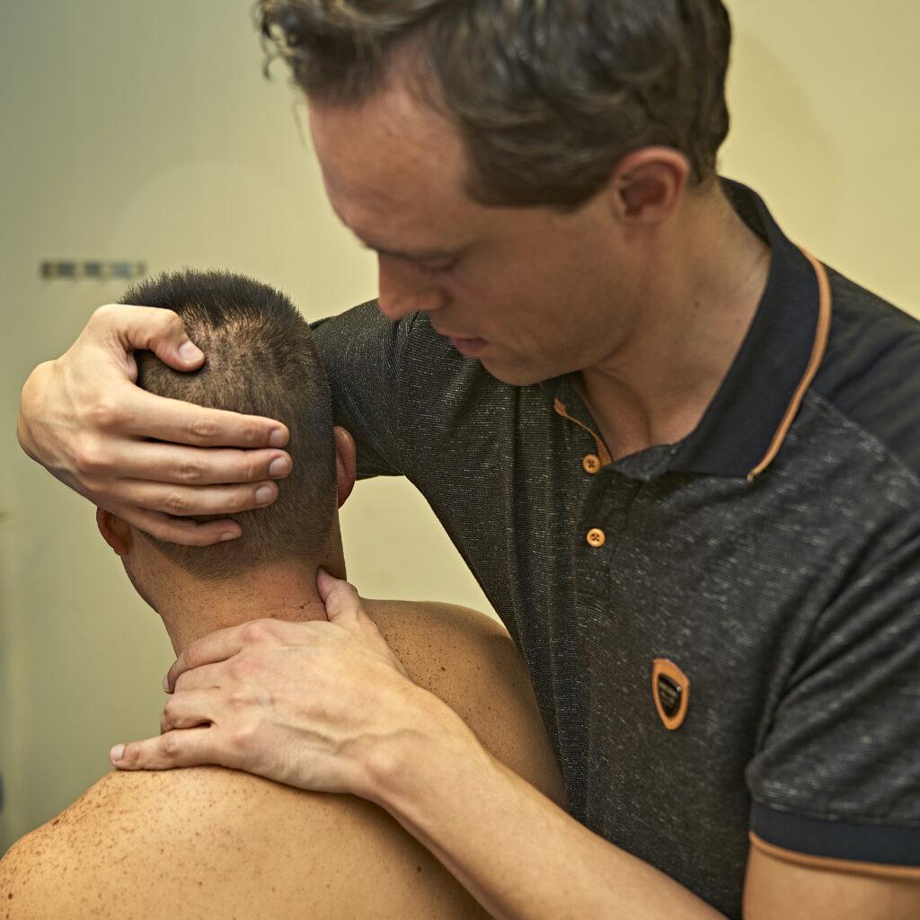 Jeroen-van-Leeuwen-osteopaat-osteopathie-hoofdpijn-spanningshoofdpijn-Clusterhoofdpijn-Migraine-Kaakklachten-Sinusitis-Duizeligheid-nekpijn-nekklachten-TOS-TOCS-Thoracic Outlet Syndroom-Erin geschoten-Zonder oorzaak-ermee opgestaan-Op de tocht gezeten-Whiplash-Restklachten na operatie-nekhernia-rugpijn-rugklachten-Door de rug gegaan-Vastzittend gevoel-Hernia achtige klachten-ischias-uitstralingssensaties-hernia-bekkenklachten-bekkenpijn-Scheefstand-Bekkeninstabiliteit-Verzakkingen-heuppijn-heupklachten-Liespijn-restklachten na een plaatsing van een kunstheup heupprothese-kniepijn-knieklachten-Restklachten na plaatsing van een nieuwe knie knieprothese-Restklachten na een meniscusoperatie-Restklachten na een voorste kruisband vervanging-enkelpijn-enkelklachten-voetpijn-voetklachten-Hielspoor-schouderpijn-schouderklachten-Ontstekingen-slijmbeursontsteking-peesontsteking-Frozen shoulder-Restklachten na een totale schouder vervanging schouderprothese-elleboogpijn-elleboogklachten-Tenniselleboog-Golfersarm-Cubitaal tunnel syndroom-polspijn-polsklachten-handklachten-handpijn-Carpaal tunnelsyndroom-Quervain-Dupuytren-Restklachten na een operatie-sportblessures-buikpijn-buikklachten-Buikkrampen-Prikkelbaar Darm Syndroom-PDS-IBS-Verstopping-Diarree-Plasproblematiek-plasproblemen-Opgeblazen buik-Problemen met de stoelgang-buikoperatie-blindedarmontsteking-borstpijn-borstklachten-Pijn in de borststreek-Ademhalingsproblematiek-Syndroom van Tietze